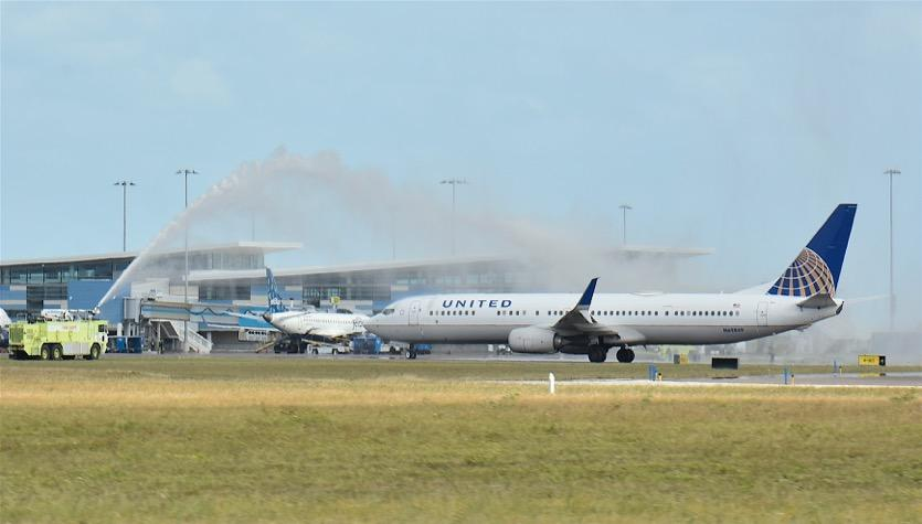 United Airlines flight receives water salute